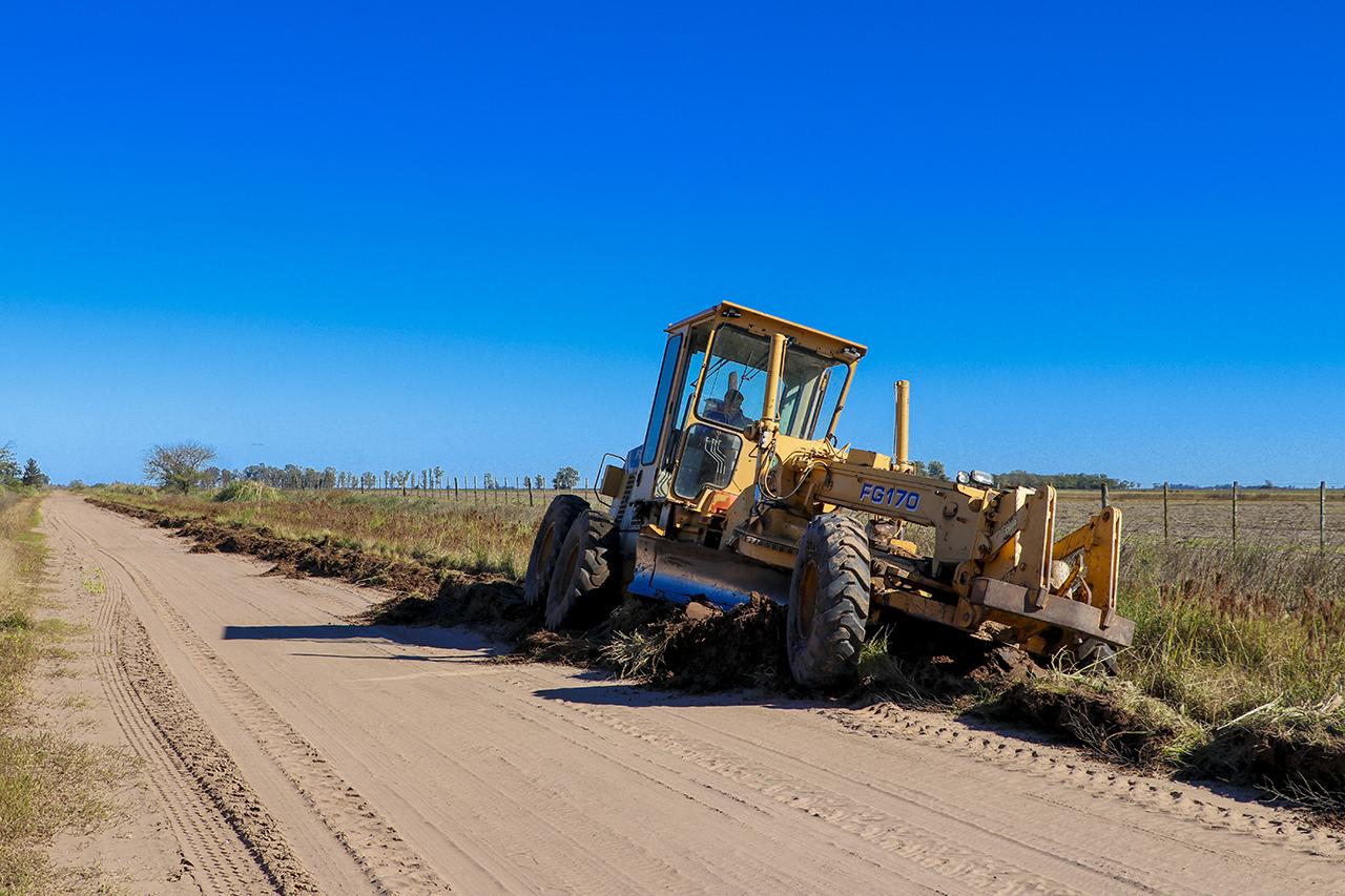 En la imagen se observa a una de las maquinas viales del municipio en plena ejecución de los trabajos en camino rural de Bayauca