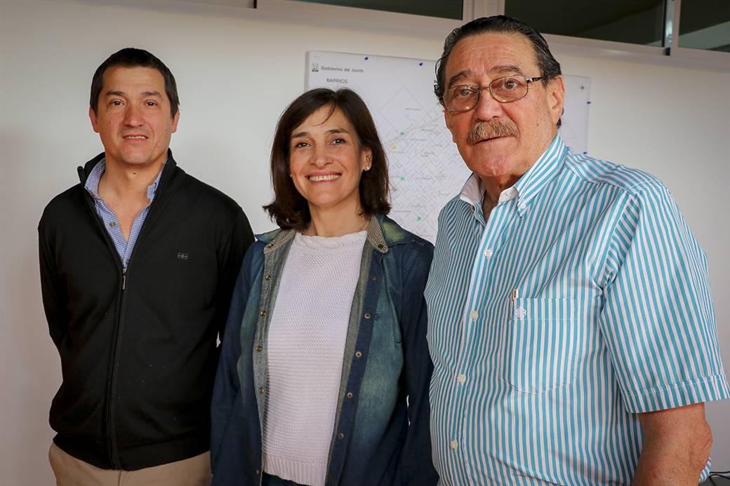 En la imagen se observa al médico veterinario Julio Ferrero, junto a la secretaria de salud, Dra. Fabiana Mosca y el epidemiólogo Facundo Fernández Moll.