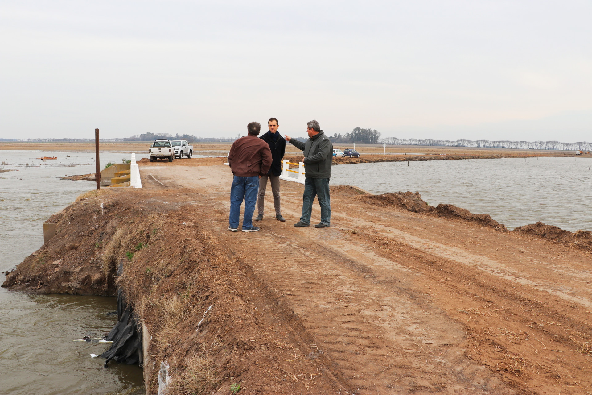 En la imagen se observa al Intendente Pablo Petrecca observando el estado en el que quedó el Puente Saavedra.