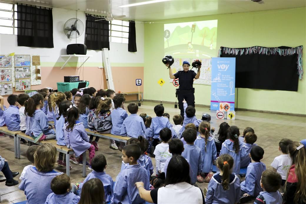 En la imagen se observa a la oficial Romina Castillo brindando la charla a los alumnos del jardín.
