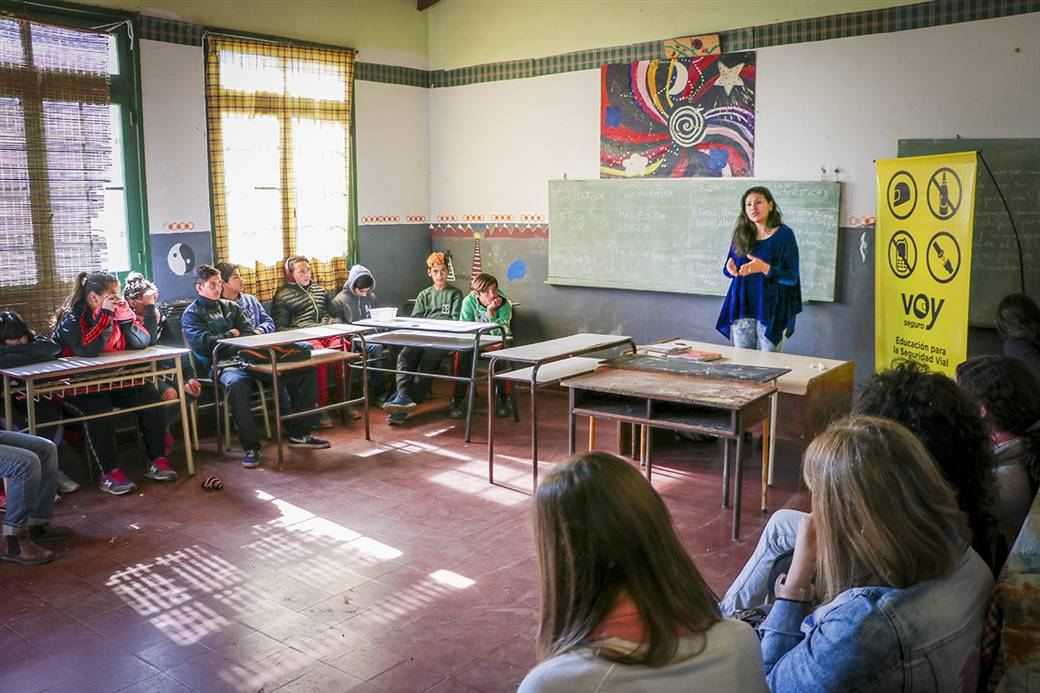 En la imagen se observa a la inspectora Georgina Falcón, brindando la charla a los alumnos de la escuela 17