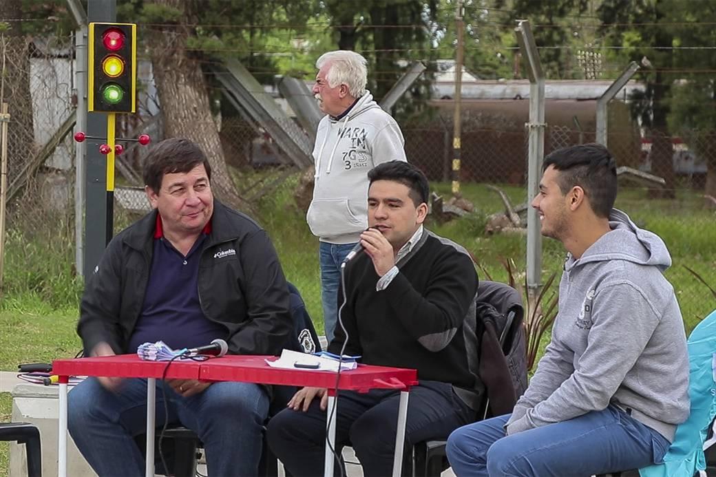 En la imagen se observa a los coordinadores de juventud, Franco Bellafronte y Blas Carrafiello, junto al subsecretario de control ciudadano Mario Olmedo, participando de la radio abierta.
